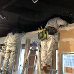 ドアの建具メーカーさんのショールームで吊り天井パネルを固定する工事を行いました。