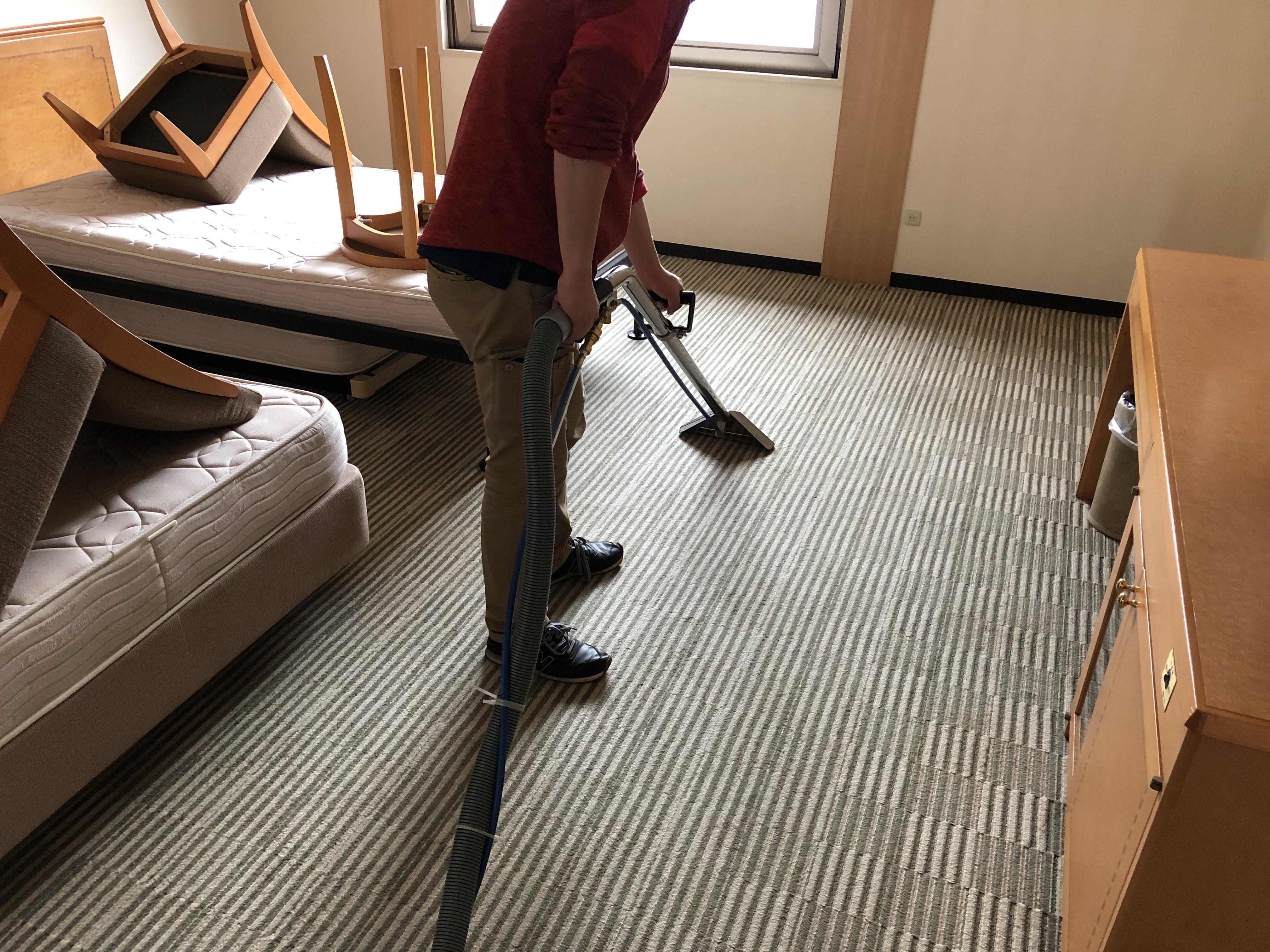 ホテルの5フロア 営業を止めカーペット洗浄とイス洗浄 喫煙ルームの