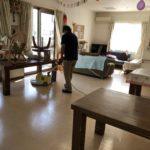 ワックスを塗る本来の目的は「床材の保護」。塗り続けていくと光沢はあるけど黒ずんだ床に!