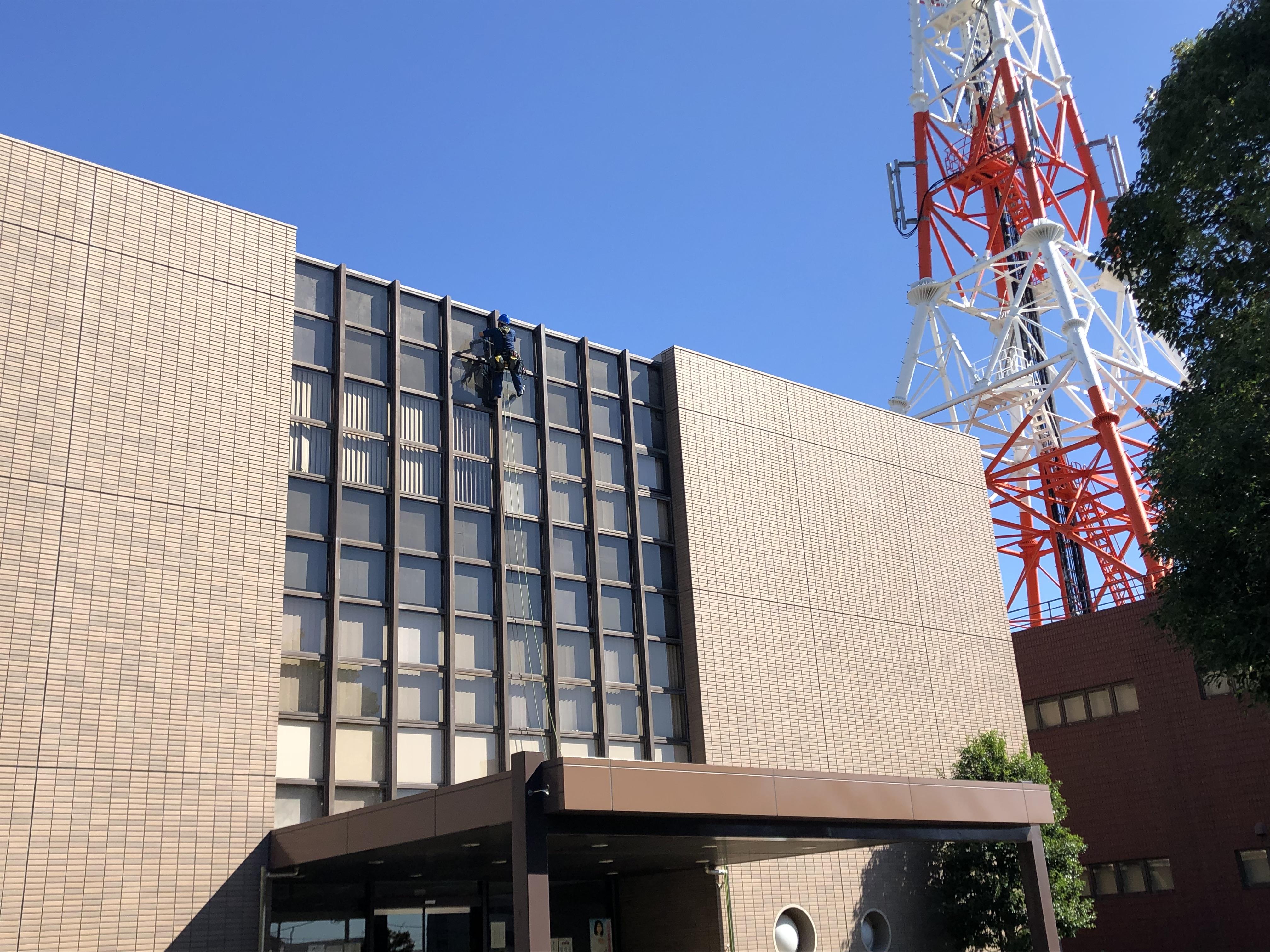 神奈川県 オフィスビル 3階建 ガラス定期清掃