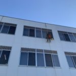 「取り外せない…」「怖くて掃除できない…」高所の網戸も高所ガラス清掃時にやりますよ!