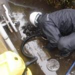 雨樋から水漏れが!原因は落ち葉などのゴミや経年劣化で雨樋の傾斜がずれてしまっているかも!