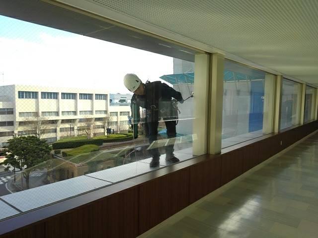 神奈川県 官公庁施設 13階建 ガラス定期清掃