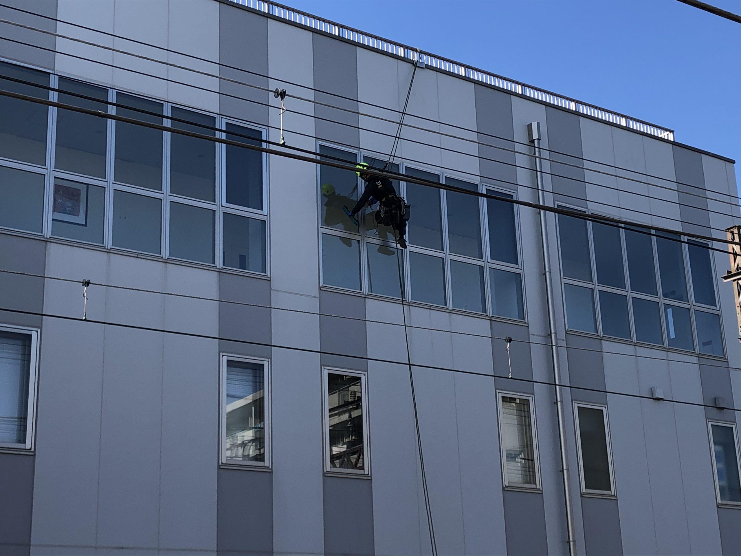 神奈川県 オフィスビル 4階建 ガラス定期清掃