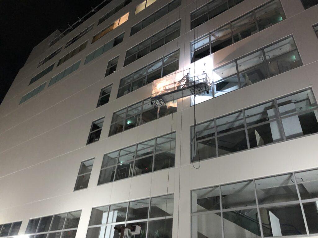 夜間ゴンドラ窓ガラス清掃